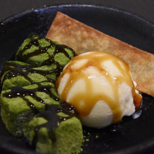 バニラアイスとわらび餅の黒蜜がけ